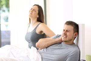 Paar mit Rückenschmerzen
